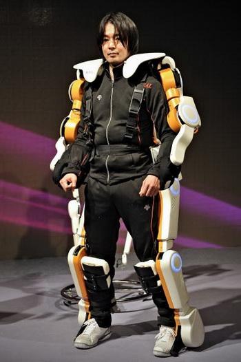 Изготовление костюмов-роботов  станет одним из основных развивающихся направлений в производстве роботизированных устройств  для помощи человеку. Фото:  PHILIPPE LOPEZ/AFP/Getty Images