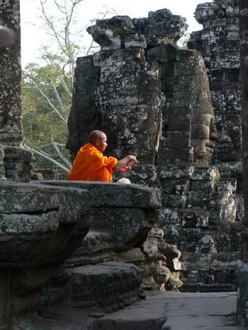 Монах медитирует в храмовом комплексе Ангкор Ват. Фото: Великая Эпоха (The Epoch Times)