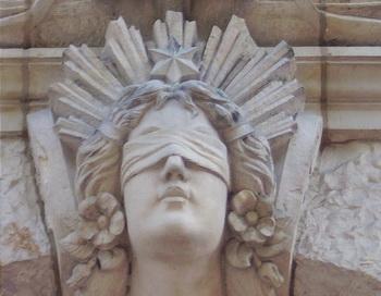 Юстиция, римская богиня правосудия изображена с повязкой на глазах, с весами и мечом, на воротах окружного суда в Германии. Фото: Jan von Brцckel/Pixelio