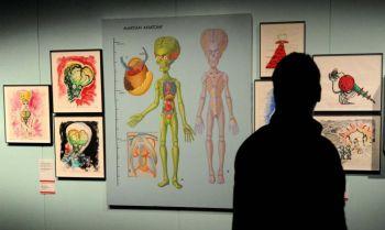 Посетитель  смотрит на анатомию марсианина  на выставке «Мельбурнские зимние шедевры 2010», где представлена карьера Тима Бертона, как директора, концепт - художника, иллюстратора и фотографа. Фото: WILLIAM WEST/AFP/Getty Images