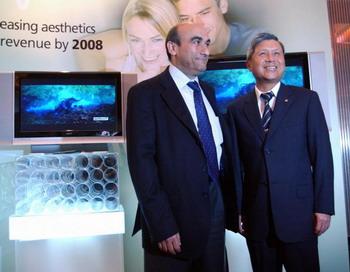 Джэй Ти Ван, председатель тайваньской компании Acer, и президент компании Джанфранко Лянчи во время ежеквартальной конференции инвесторов в Тайбэе, 28 апреля 2006 г. Фото: Patrick  Lin/Getty Images