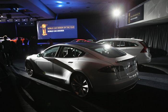 Электромобиль Tesla Model S занял первое место в номинации «Зелёный автомобиль года 2013» на Нью-йоркском автосалоне, состоявшемся 28 марта 2013 года. Его признали лучшим из 21 автомобиля подобного класса, представленного на выставке. Фото: John Moore/Getty Images