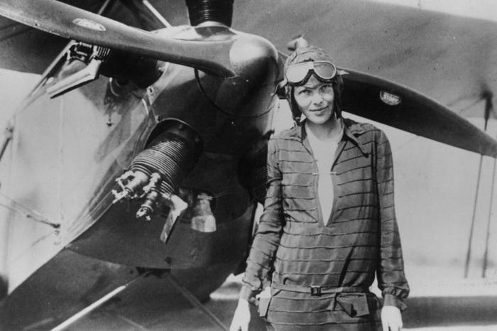 Амелия Эрхарт стоит возле биплана «Дружба» в Ньюфаундленде 14 июня 1928 года. Фото: Getty Images
