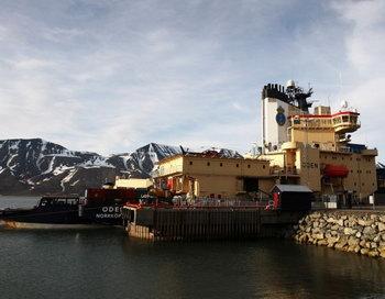 21 июня 2008 года ледокол Oden готовится выйти в море из Лонгйира, поселения на острове Шпицберген. Фото: Chiis Джексон/Getty Images