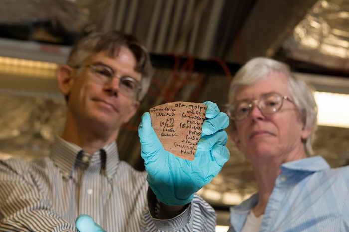 Брайан Махс и Джанет Джонсон, учёные университета Чикаго, демонстрируют часть глиняной посуды с письмом на т.н. «народном языке» древнего Египта.  Фото: University of Chicago