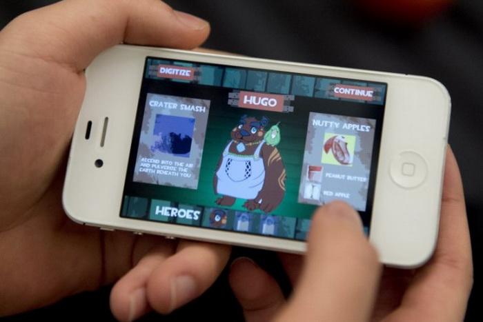 Пользователь смартфона играет в игру. Фото: Saul Loeb/AFP/Getty Images