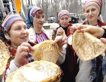 Масленница - С некоторых пор снова возродилась в России традиция массово отмечать этот праздник – последний день Масленицы. Фото DMITRY STEPANOV/AFP/Getty Images