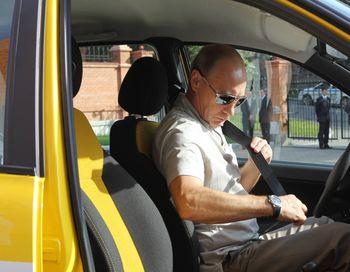 Благодаря автопробегу Владимира Путина на Лада Калина (Lada Kalina Sport) цены на эти авто  в автосалонах поднялись  на 6 тысяч рублей. Фото: ALEXEY DRUZHININ/AFP/Getty Images