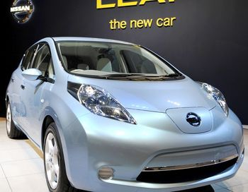 Nissan Leaf - серийный электрокар компании Nissan. Фото: KAZUHIRO NOGI/AFP/Getty Images