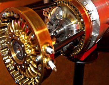 Недавно приехавший парень из Сибири, привез идею и готовую модель  роторно-лопастного двигателя, с важным «нюансом» в конструкции – цилиндры не касаются поршня. Это означает, что масло заливать необходимо один раз! Фото с сайта auto.mail.ru