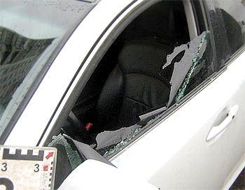 После этого один из мужчин разбил боковое стекло.