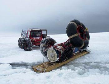Экспедиция «Полярное кольцо» - фото аварии на мысе Железный в 2007 году, не выдержала сцепка, прицеп почти ушел под воду. Никто к счастью не пострадал. Фото с сайта bask.ru