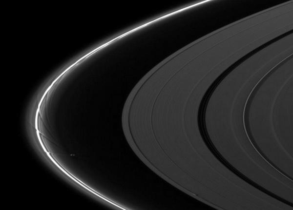Спутник Прометей искажает кольцо F, рисуя узоры. Прометей (86 км в диаметре) можно увидеть между тонким кольцом F и кольцом А в центре изображения. Гравитационное поле Прометея создает волны на кольце F. Внизу фотографии можно разглядеть луну - Дафнис (8 км в диаметре), которая создает волны на кольце А. 22 августа 2009 г. Фото: NASA/JPL/SSI с сайта samosoboj.ru