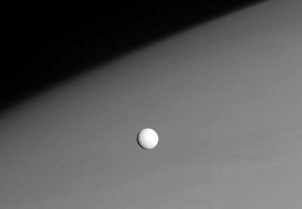 Крошечный спутник Сатурна Мимас в диаметре всего лишь 396 км виден на фоне верхней части атмосферы планеты. Фото 26 ноября 2008. Кассини в данный момент находился от Мимаса на расстоянии примерно 915 тысяч км. Фото: NASA / JPL / SSI с сайта samosoboj.ru