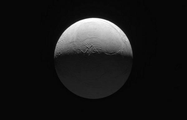 Спутник Сатурна - луна Энцелад - 500 км в диаметре. на расстоянии приблизительно в 200 тыс километрах от Кассини. Фото: NASA / JPL с сайта samosoboj.ru
