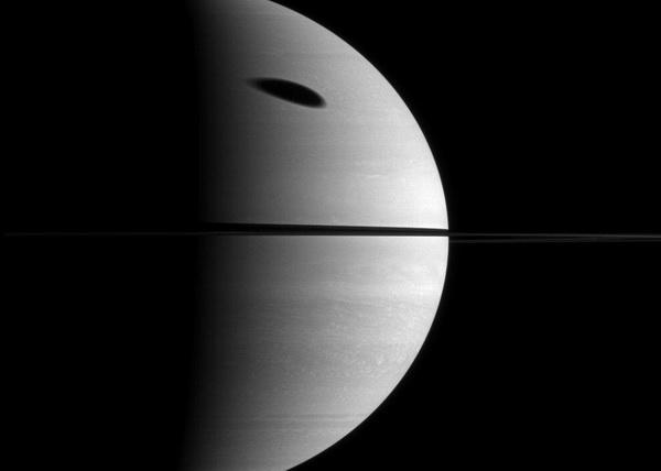 Тень крупнейшего спутника Сатурна занимает огромную часть гигантской газовой планеты. Титан (в диаметре 5.150 км) на данном снимке не показан. Фотография с космической станции Кассини 7 ноября 2009 года. Расстояние приблизительно 2,1 млн. км до Сатурна. Фото: NASA / JPL / SSI с сайта samosoboj.ru