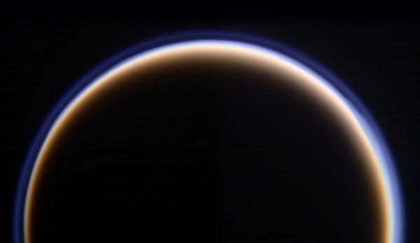 Атмосфера Титана похожа на освещённый ореол вокруг спутника. Расстояние до Титана 145.000 км. 12 октября 2009 г. Фото: NASA/JPL с сайта samosoboj.ru