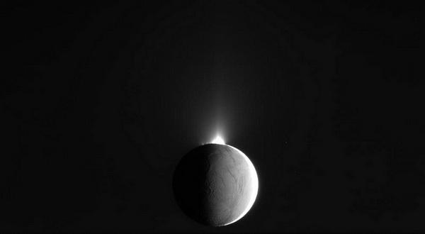 Кассини разглядел, как гейзеры выбрасывают воду из полярных недр спутника Энцелад. 14 октября 2009 г. Фото: NASA / JPL / SSI с сайта samosoboj.ru