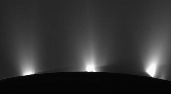 Льды Энцелада – фото 18 мая 2010 с расстояния около 17 000 км. Кассини находится с обратной стороны спутника. Фото: NASA / JPL / SSI с сайта samosoboj.ru