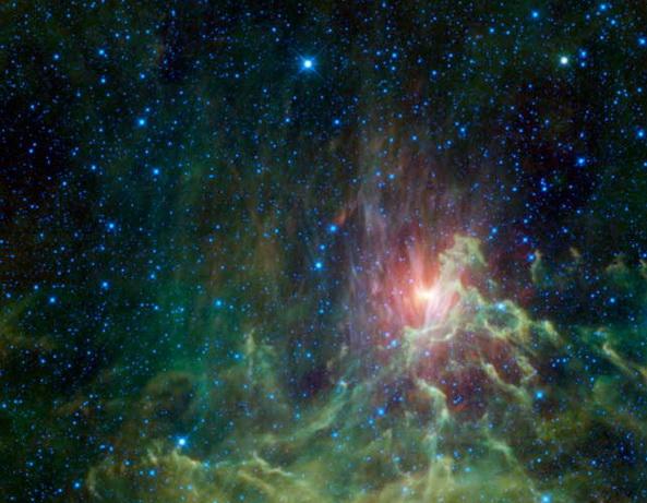 Космические подарки к Новому году от телескопа WISE. Туманность Пылающая Звезда, находящаяся в созвездии Возничего, удаленная от Земли на 1,5 тысячи световых лет. В центре туманности находится убегающая звезда, которая была «побеждена», столкнувшись с бинарной звездной системой в созвездии Ориана 2,5 миллиона лет назад. Фото с сайта Space.com