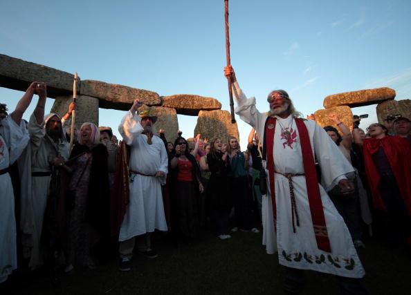 Верховный друид Артур Пендрагон проводит в Стоунхендже священную церемонию на закате Солнца 20 июня. Фоторепортаж. Фото: Matt Cardy/Getty Images