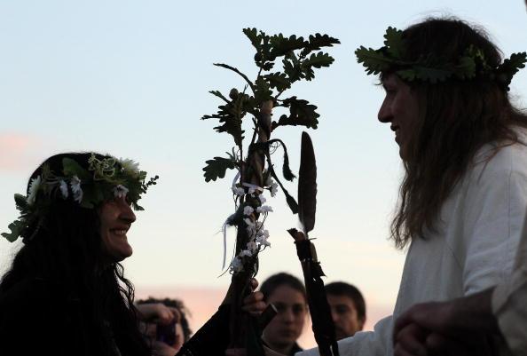 Друиды проводят в Стоунхендже священную церемонию на закате Солнца 20 июня. Фоторепортаж. Фото: Matt Cardy/Getty Images
