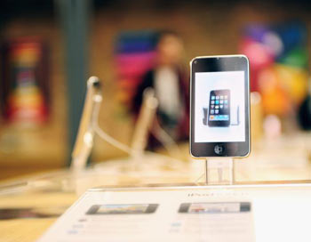 Apple iPhone, демонстрирующийся в новом Apple Store в Ковент Гарден. 5 августа 2010, Лондон,   Великобритания. Фото: Ian Gavan/Getty Images