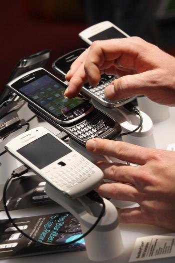Посетители выставки потребительской электроники CeBIT 2012 пробуют в действии новые смартфоны Blackberry. 6 марта 2012, Ганновер, Германия. Фото: Sean Gallup/Getty Images