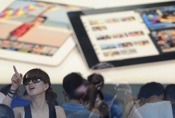 Посетители Apple Store в Шанхае. Фото: Peter Parks/AFP/GettyImages