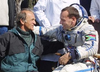 Космический турист вернулся на Землю. Марк Шаттлворт со своим отцом после успешной посадки 5 мая 2002 года возле Аркалыка, Казахстан. Фото: Oleg Nikishin/Getty Images