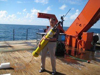 Ученый держит буй на борту судна «Метеор». Фото: IFM-GEOMAR