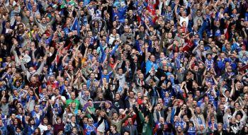 Лондон,   3 апреля: фанаты «Карлайсла»  отмечают финальный свисток во время розыгрыша Финального трофея Джонстона между «Брентфордом» и «Карлайсл Юнайтед» на стадионе Уэмбли (Scott Heavey / Getty Images).