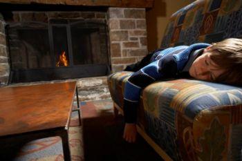 Спящий ребенок не в силах проснуться от дымовой пожарной сигнализации. Фото с Photos.com