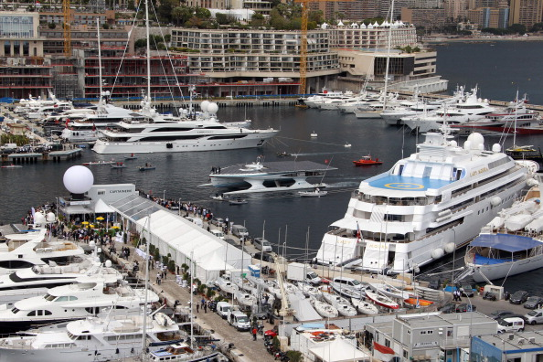 PlanetSolar прибыл после кругосветного путешествия в порт Монако. Фото: VALERY HACHE/AFP/GettyImages