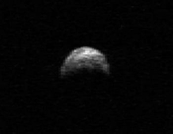 Астероид несется ...мимо Земли. Фото: NASA