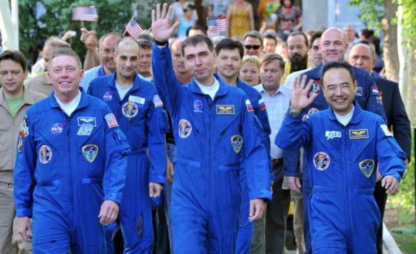 Фоторепортаж о выходе в космос космического корабля «Союз ТМА-02М». Фото: AFP PHOTO / VYACHESLAV OSELEDKO