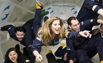 Соня Роде с группой обучается навыкам поведения в невесомости. Соня была одной из первой сотни человек, которые летали в космос на корабле «Вирджин Галактик». Фото: AP