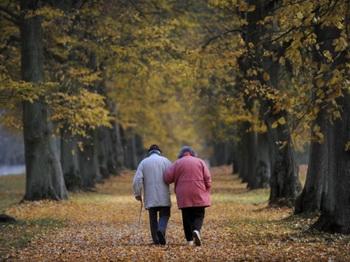 Пожилые люди даже с умеренным нарушением слуха в три раза более склонны к падению, чем пожилые люди с нормальным слухом. Фото: Uwe Zucchi/AFP/Getty Images