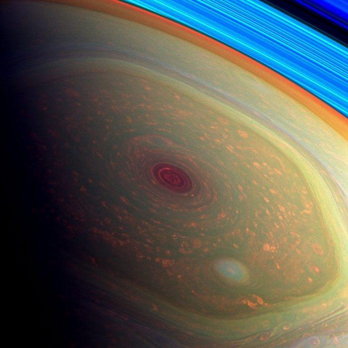 Космический зонд Cassini сфотографировал гигантский вихрь на северном полюсе Сатурна. Фото: NASA/JPL-Caltech/SSI