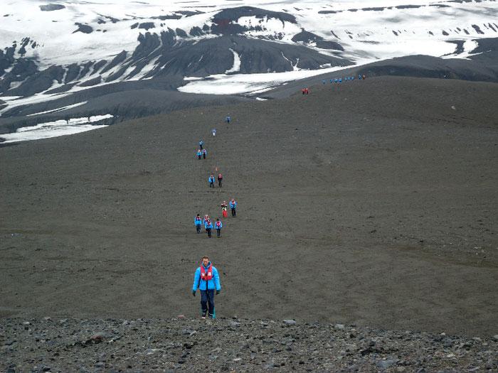 Пешеходная экскурсия по дюнам тёмного песка и снега в Антарктиде. Фото: Susan James