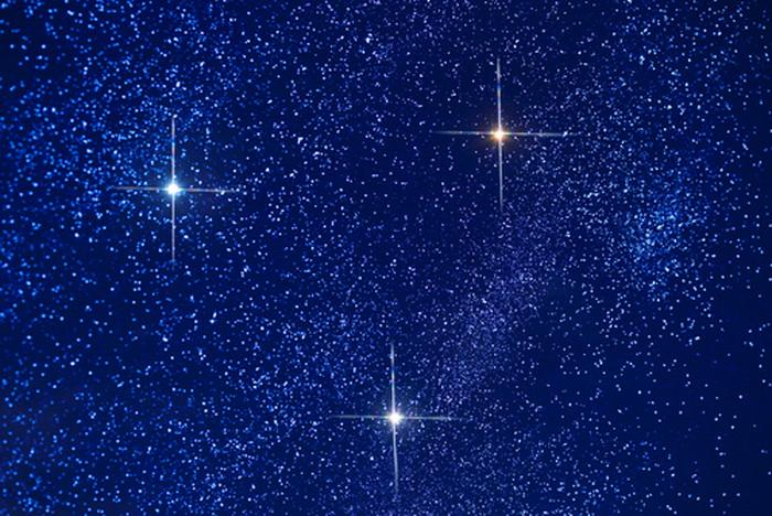 Бетельгейзе — красная звезда справа. Фото: Shutterstock*