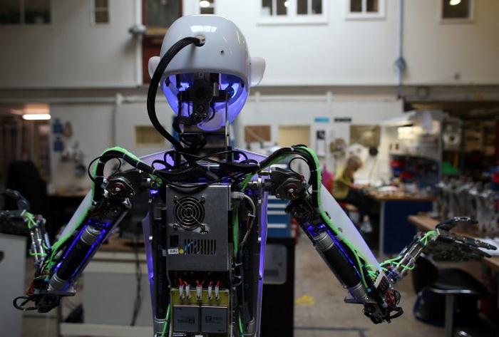 Голова и туловище RoboThespian в мастерской Engineered Arts на тестировании 30 июля 2013 года в Пенрине, Великобритания. Фото: Matt Cardy/Getty Images