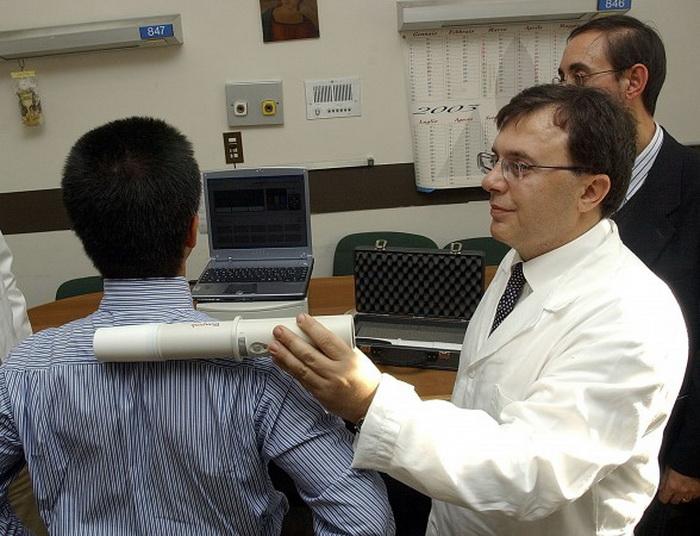 Итальянский учёный Кларбруно Ведруксио (справа) изобрёл прибор, действующий по принципу металлоискателя, но позволяющий обнаружить гораздо более опасного врага — рак. Фото: Alex Wong/Getty Images