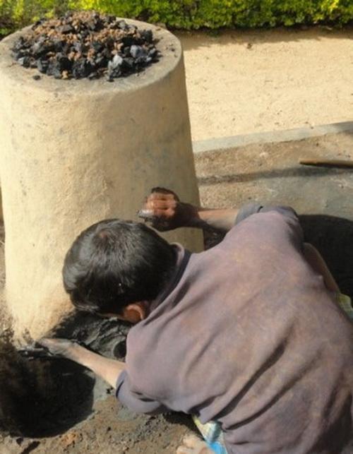 Асур плавит железо в традиционной плавильной печи в деревне в индийском штате Джаркханд. Фото: Ashis Sinha