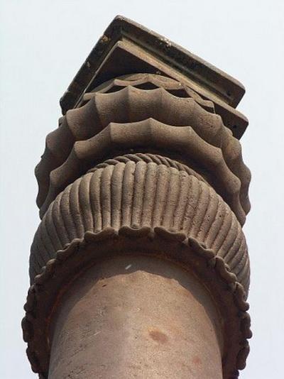 Верхушка Железной колонны в Дели, район Мехраули, Индия. Фото: Wikimedia Commons