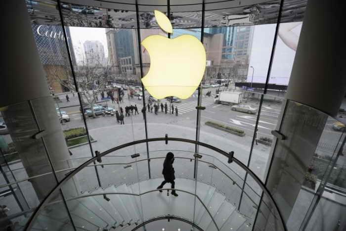Клиент в магазине Apple, Шанхай, 22 февраля 2012 года. Поставщик Apple из Шанхая нарушил правила трудового и природоохранного законодательства, как говорится в докладе «Китайского трудового дозора». Фото: PETER PARKS/AFP/Getty Images