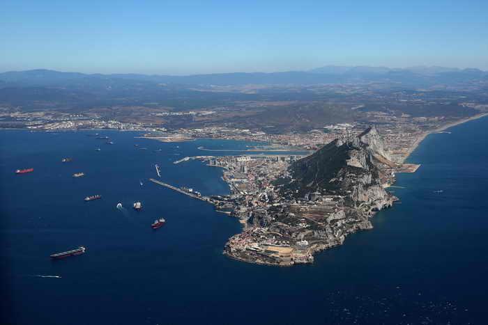 Обострился конфликт между Испанией и Британией из-за Гибралтара.Власти Гибралтара заявили, что намерены построить мол с целью привлечения рыбы, так как лов испанскими рыбаками значительно сократил её количество в прибрежной зоне. Однако это сооружение может преградить путь испанским рыбакам, которые ежедневно рыбачат у берегов Гибралтара. Фото: Oli Scarff/Getty Images