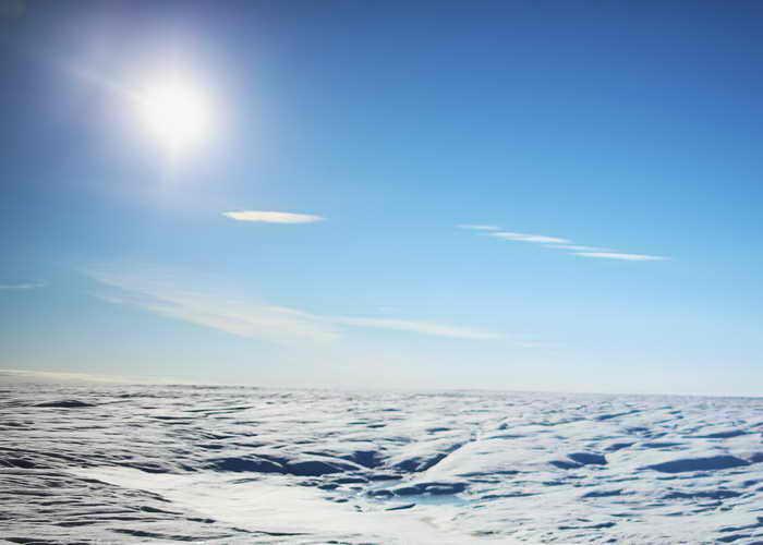 Климатологи нашли подо льдом Гренландии незамерзающее озеро. Фото: Joe Raedle/Getty Images