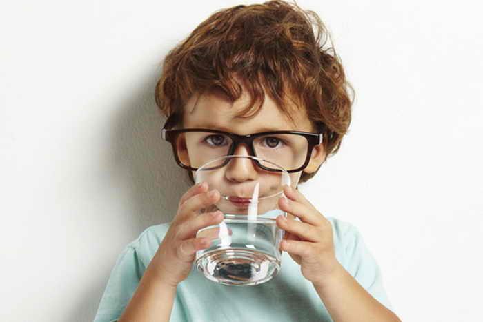 Пьющий воду ребёнок. Фото: Shutterstock*
