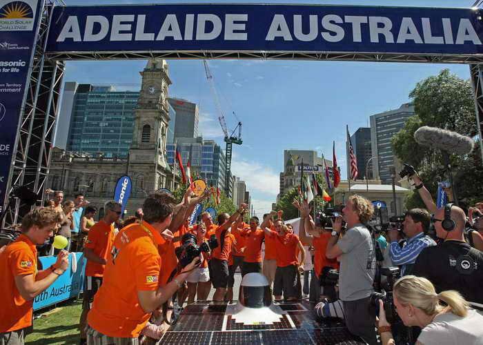 Автомобиль NUNA 4 в гонках автомобилей на солнечных батареях в Австралии World Solar Challenge на дистанции 3000 километров. Фото: TORSTEN BLACKWOOD/AFP/Getty Images